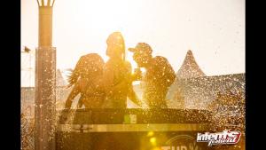 Op deze foto staan er drie mensen in het mobiele bad van Tubtoyou, terwijl de zon achter de horizon verdwijnt