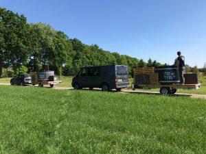 Een foto van de voorbereiding voor een evenement verzorgd door Tubtoyou. De foto laat twee mobiele hottubs zien bij onze vestiging in Noord-Brabant. Deze aanhangwagens staan klaar om naar het festival terrein te gaan.